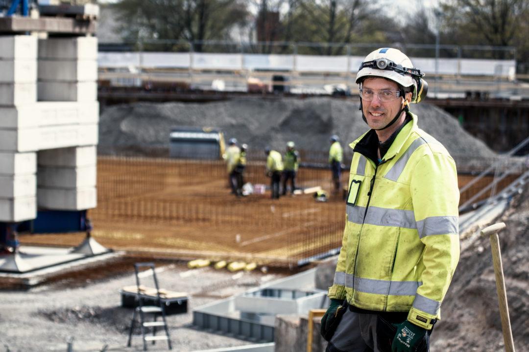 Olof från Skanska med byggarbetsplats i bakgrunden